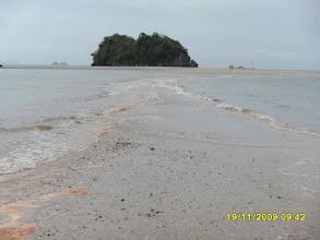 Photo: Der Noppharat Thara Beach an der Mündung des Klong Son Fluss - Bei Ebbe kann man über den Sand zu den Felsen gehen