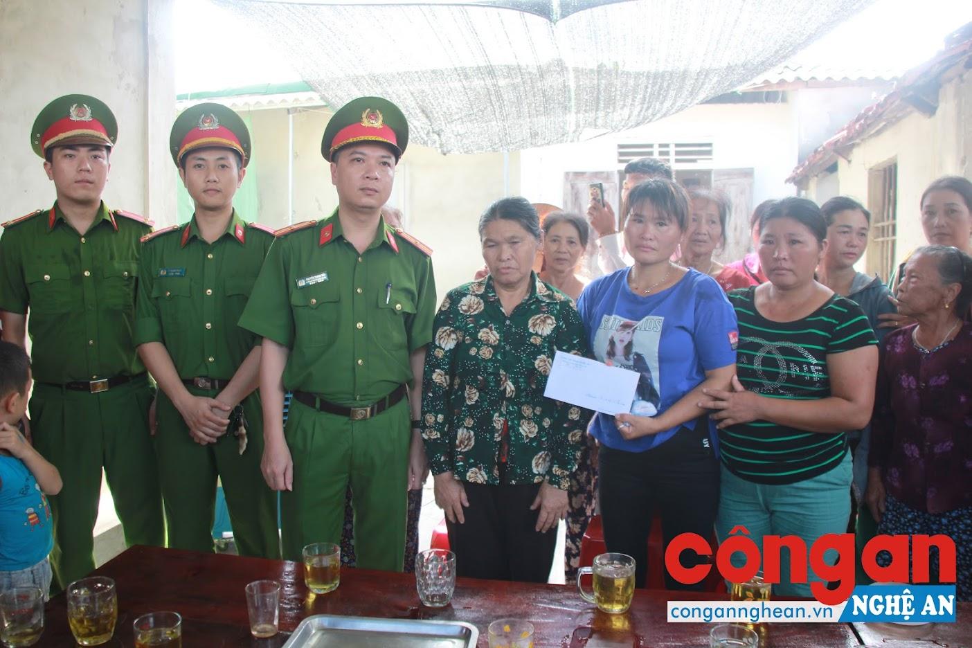 Đại diện Lãnh đạo Phòng Cảnh sát hình sự Công an Nghệ An bàn giao chị Lan và tặng quà hỗ trợ cho gia đình