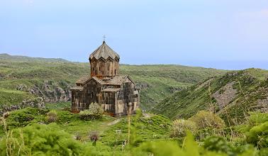 Photo: Amberdin kirkko, ylhäästi ja kauniisti keskellä ei-mitään
