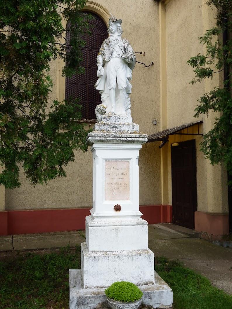 Pecöl - Szent Vendel-szobor a templomkertben