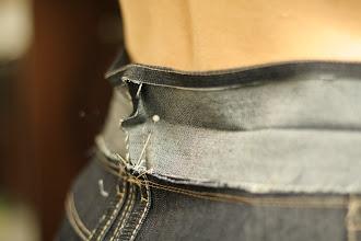 Photo: I pinned as close to my back as possible (at the crease, where the finished waistband edge will be)  À la couture milieu dos de la ceinture, j'ai mis une épingle le plus près possible de mon dos (au niveau du pli qui sera le bord de la ceinture finie)