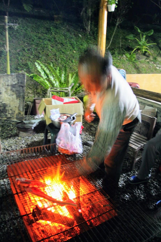 說著說著,開始烤起肉和香腸....這肉沒有醃製過,加上一些鹽巴直接放在火爐上烤....