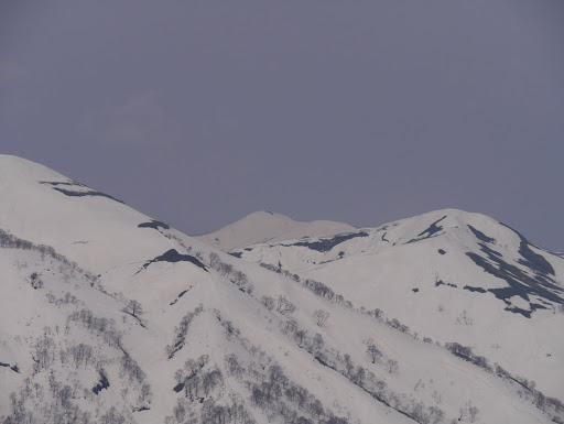 赤兎山(奥)とよも太郎山(右)