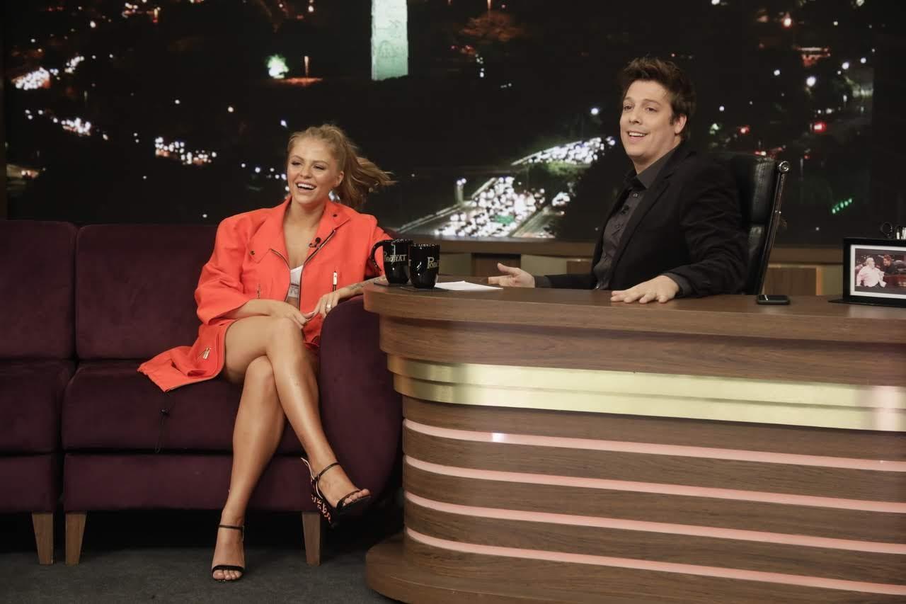 Luiza Sonza se diverte durante entrevista com Fábio Porchat (Foto: Antonio Chahestian/Record TV)