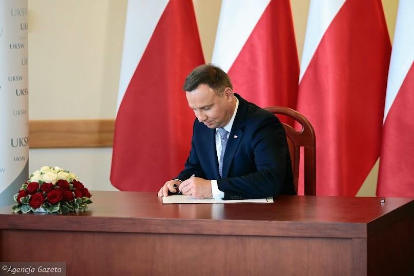 W marcu 2020 Andrzej Duda podpisał nowelizację Prawa Budowlanego