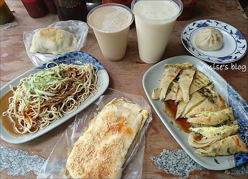 秦老師豆漿,蔥油餅加蛋、包子好好吃!還有紅茶豆漿唷~