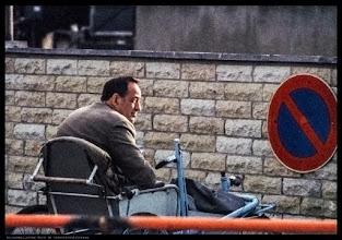 Photo: Mann im Versehrtenfahrzeug in der DDR