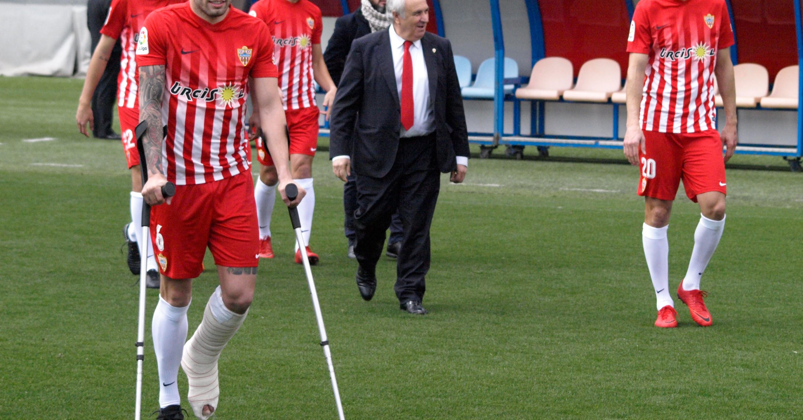 Alfonso García lleva tres temporadas saltando al césped para salvarlos.