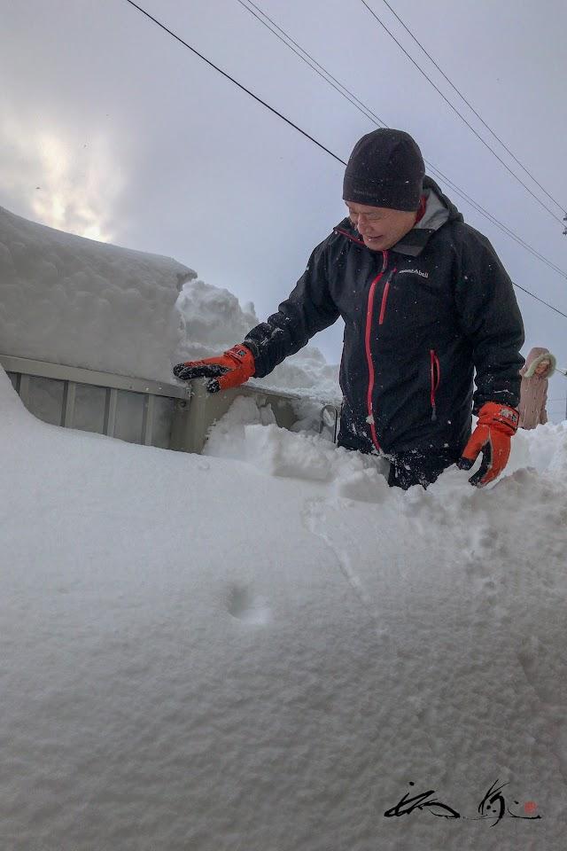 腰まで埋もれるベランダの雪
