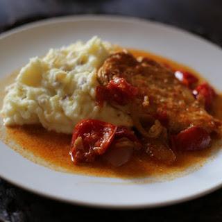 Pileći paprikaš (Chicken paprikash).