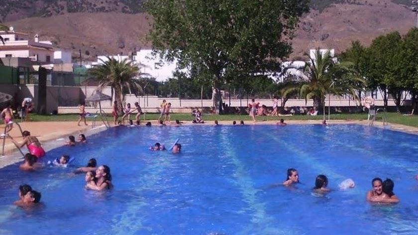 Imagen de archivo de una piscina almeriense.