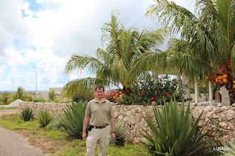Photo: Diego LU8ADX en el frente de la casa de Hans PJ4LS