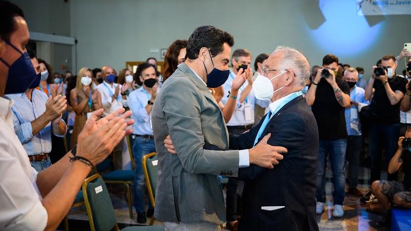 Juanma Moreno y Gabriel Amat se saludan durante el congreso.