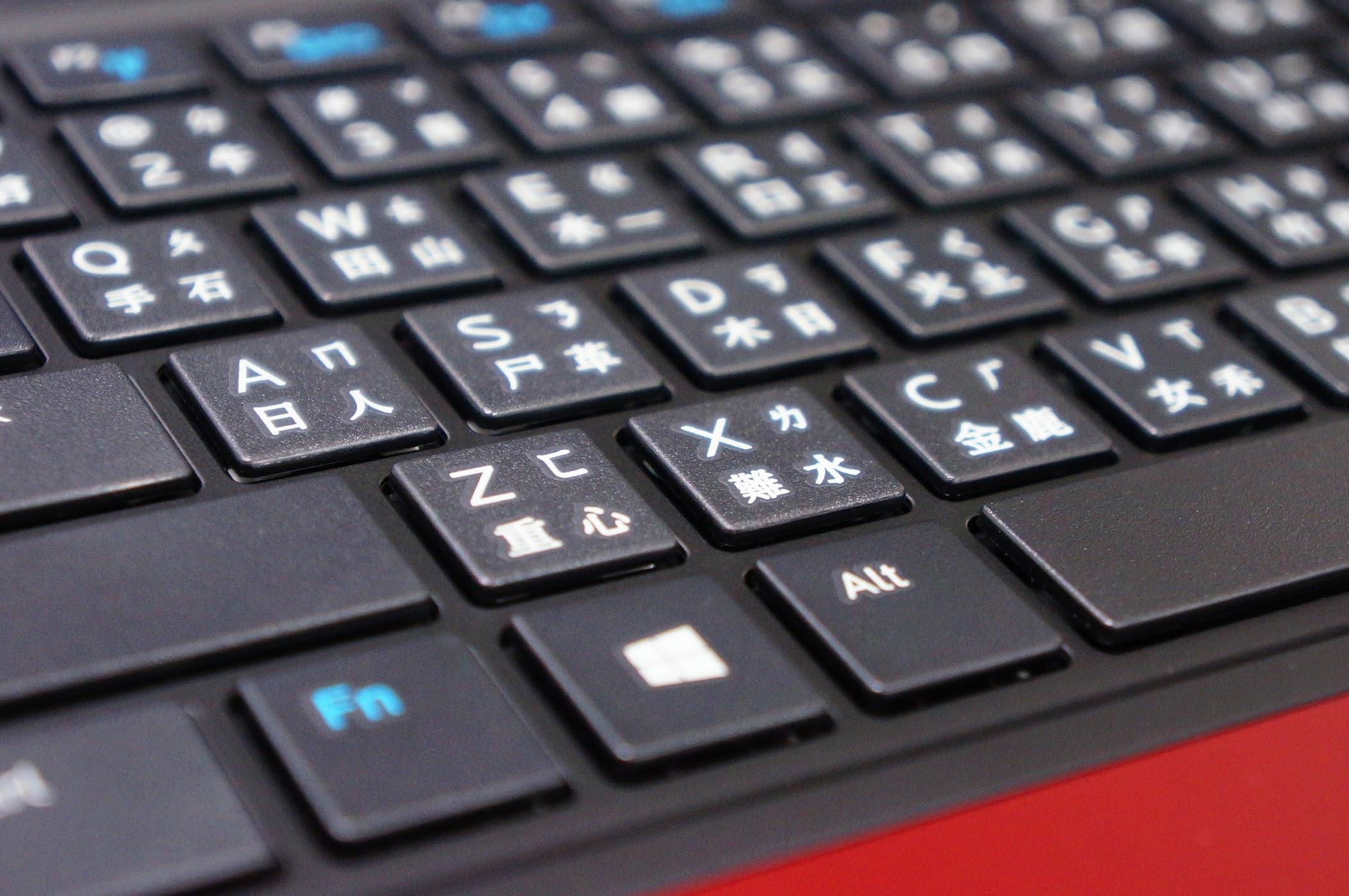 背光鍵盤(要開機才有背光)...回彈力感覺沒啥踏實感,可能打慣apple和cherry那種回彈力十足的鍵盤了