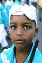 Photo: Menino da Família dos Arturos segue a Guarda de Moçambique. Assim a tradição passa de geração para geração. Os olhos azuis deste menino marcam um traço da miscigenação.