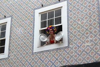 Photo: Aluna escolheu janela do prédio para fazer a sua apresentação