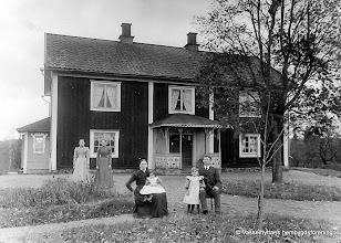 Photo: Forsbacka 1901. Anna Lovisa och Erik Jansson med döttrarna Ingeborg och Anna till v. pigorna Maria och Hedda Andersson