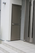 Photo: 玄関の両サイドには物置。