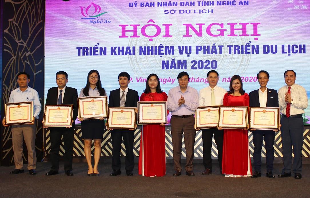 Trao thưởng cho các tập thể, cá nhân có thành tích xuất sắc trong hoạt động du lịch 2019