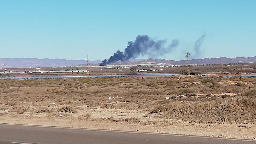 Columna de humo originada por el fuego en las chabolas.