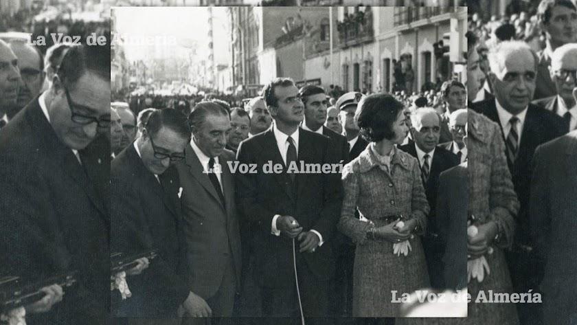 Los Príncipes cuando visitaron Almería el martes 12 de mayo de 1970. En primer plano, con la mirada baja, el entonces alcalde de la ciudad.