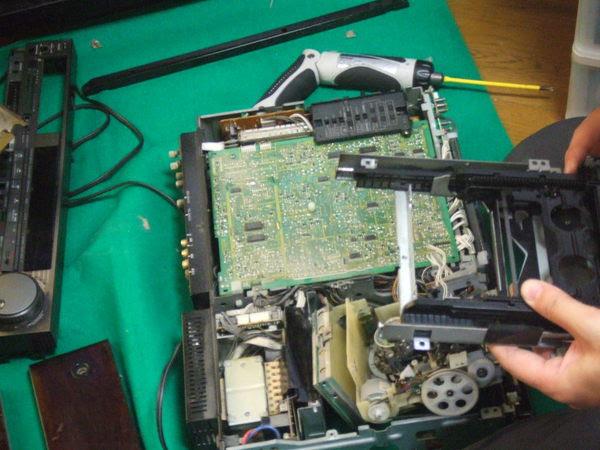 ソニーの8mmビデオデッキ「EV-S900」、遂に御陀仏。既に部品もなく修理不能。まさに「ソニータイマー」を体現するかのような一生。お買い上げ後の保障期間過ぎて壊れ。修理後の保障期間過ぎて壊れ。また修理後の保障期間過ぎて壊れ。