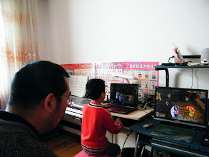 "Photo: baby son, warrenzh 朱楚甲, owner of warozhu.com and wozon.net, with his first notebook, a dell Inspiron 15R. his pc games experience enriched since now, with his dad, benzrad 朱子卓's happy companion. here we play co-op mod of ""dungeon defender"", with which warrenzh enjoyed a lot."