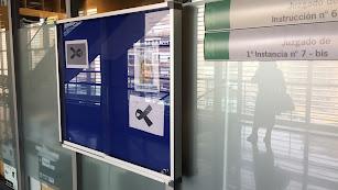un cartel en recuerdo de Gabriel Cruz cuelga en las oficinas de los Juzgados de Instrucción de Almería