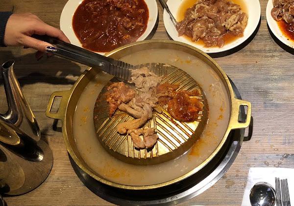 位於台北西門町六號出口好好味的韓式吃到飽 • 銅板烤肉及火鍋兩吃阿豬嘻烤肉村