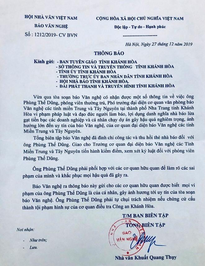 Công văn của Tổng biên tập Báo Văn Nghệ thông báo cho các cơ quan chức năng ở Khánh Hòa về việc đình chỉ công tác, thu hồi thẻ nhà báo đối với Phùng Thế Dũng từ cuối tháng 12-2019.  Ảnh: Hữu Toàn (chụp lại văn bản)
