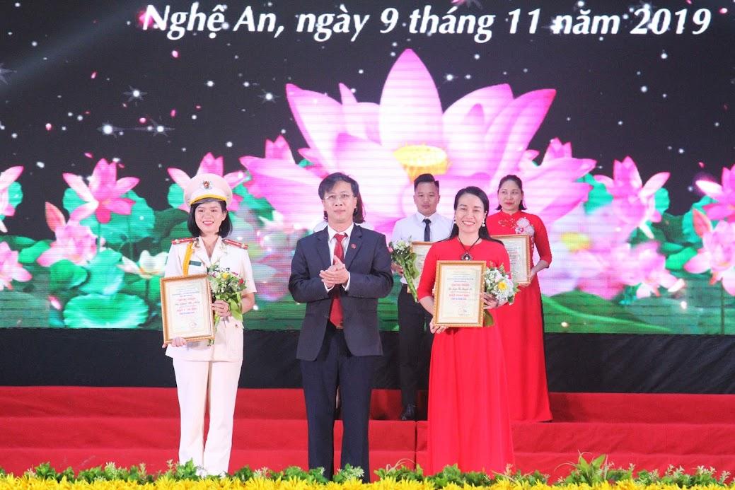 Trao giải Nhì cá nhân cho thí sinh Đặng Thị Thủy, đơn vị Công an tỉnh và thí sinh Trần Thị Thanh Hà, đơn vị TP Vinh