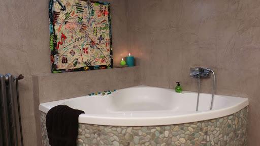poser du béton ciré dans une salle de bain, sol béton ciré salle de bain par Les Bétons de Clara spécialiste du béton ciré pour salle de bain