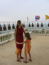 Photo: Stella und ich in einer Tempelanlage direkt am Meer von Hua Hin
