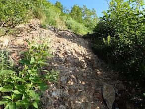 脆い岩場を登る