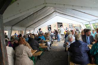 Photo: Ærtesuppe serveres i kirkens baggård
