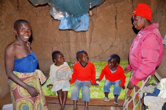 Photo: Joisi a její děti Loda, Adam a Musa a moje nová spolupracovnice v Ulole Melina Mapile s novou postelí.