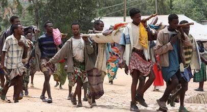 Photo: Malato portato in barella da un villaggio vicino