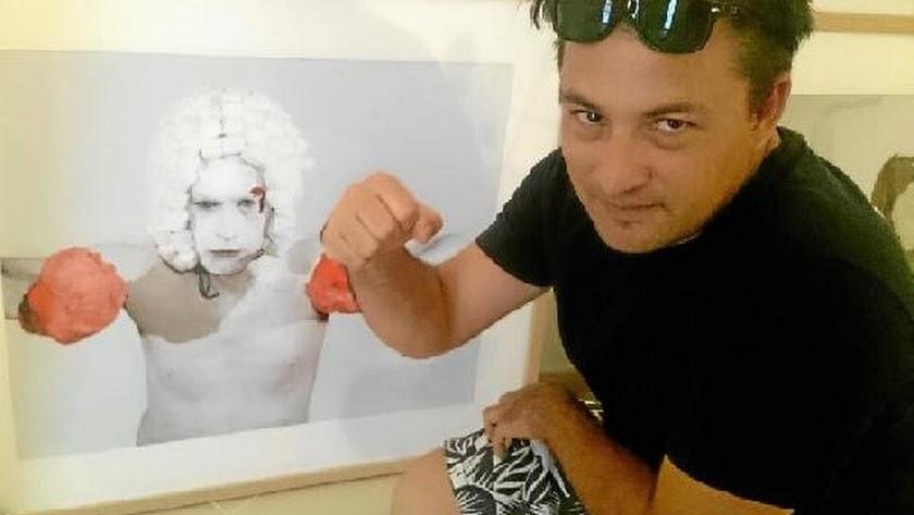 Francisco Uceda, frente a una de sus obras.