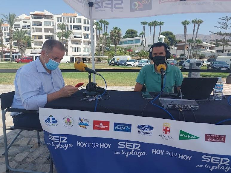 El concejal de Turismo y Playas del ayuntamiento de Roquetas de Mar, Francisco Barrionuevo, junto a Fran García