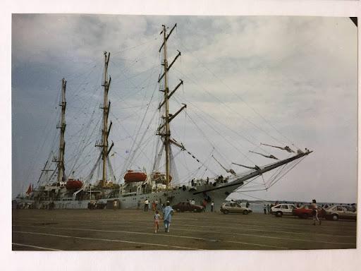 Olen menossa äidin kanssa katsomaan neuvostoliittolaista Miriä TSR1988 Helsingissä. Mir oli uusi,valmistunut vuotta aiemmin.