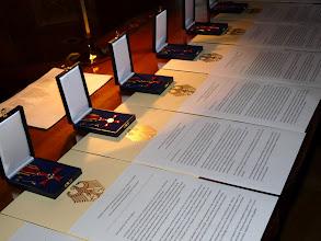 Photo: Fünf von insgesamt acht Verleihungsurkunden und die zugehörigen Verdienstkreuze am Bande warteten auf ihre Besitzer.