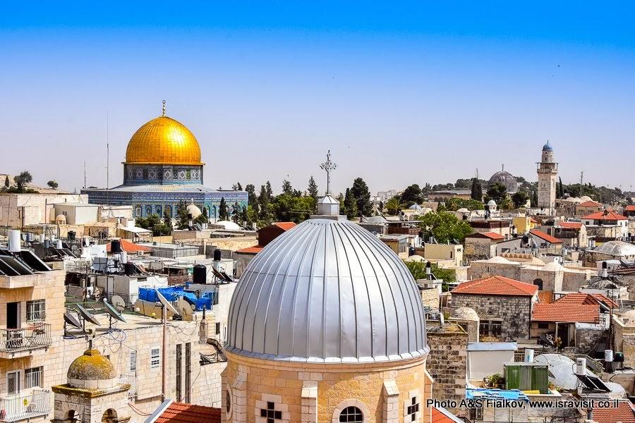 Иерусалим. Старый город.   Панорама. Золотой купол – Купол Скалы на Храмовой горе. Серый – церковь Святой Екатерины.