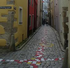 """Photo: Höllgasse;  """"Luftinstallation Sonne Regen Wind"""" & Pflastersteinbemalung"""