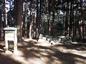 石の祠が3つ祀られている