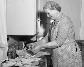 Photo: Anna Thunberg. Anna fick ofta se till Storå kraftverk då hennes man Sixten var ute på jobb på kraftledningsnätet Då och då kom ledningsmontörer från Vattenfall på jobb till Vasselhyttan och då ställde Anna upp med överliggningsrum och matsäck.