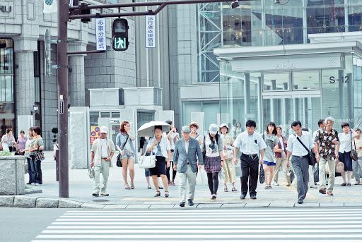 JAPONAIS QUI TRQVERSENT  A TOKYO