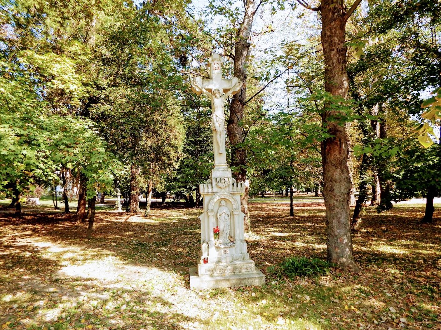 Bük - feszület a templomkertben