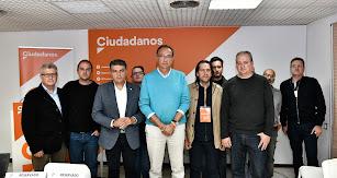 Vicente García junto a Miguel Cazorla, Rafa Burgos y otros miembros de Ciudadanos Almería tras los resultados electorales.
