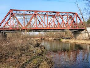 Photo: 32,0 km Rawka, most kolejowy linii Skierniewice – Pilawa, za mostem kładka przez rzekę dla pieszych