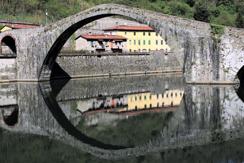 Attraverso il ponte e il suo riflesso di paolo-spagg